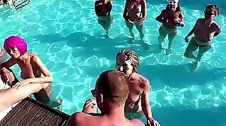 Blowjob contest in the pool