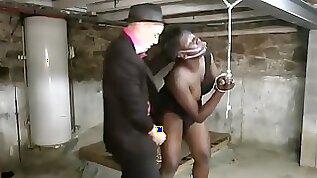 S?dhumiliation et de punition brutale pour la belle blackette Youmi qui se fait soumettre violemment par ce mec blanc pervers et dominant dans la cave.