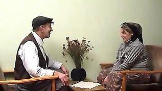 Yasli amca turbanli karisini sikiyor Turkish