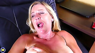 mom Liz Summers oiling and bating her vagina
