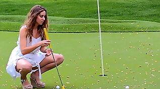Preciosa anglosajona insert golf palo shaved pussy in public