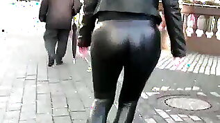 SHINY LEATHER LEGGINGS IN PUBLIC