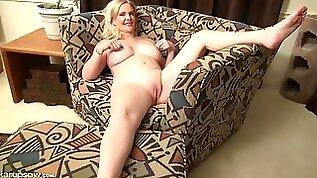 Mature babe spreads her legs and masturbates