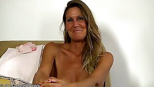 Tanned Mommy Exposes Her Naked Body